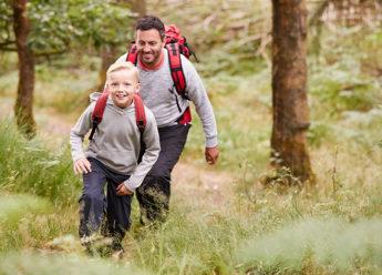 garçcon-père-randonnée