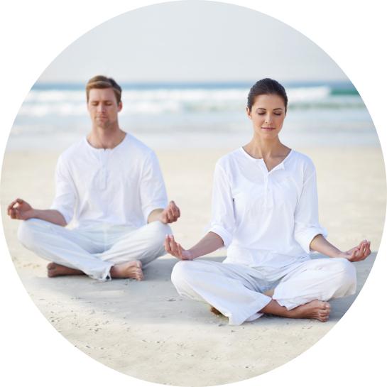 femme-homme-récupération-yoga-plage